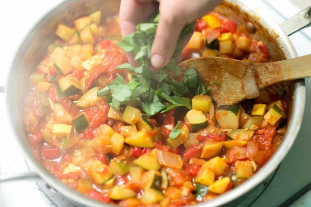 La salsa de verduras tarda unos 20 minutos y se puede preparar con hasta 3 días de anticipación.