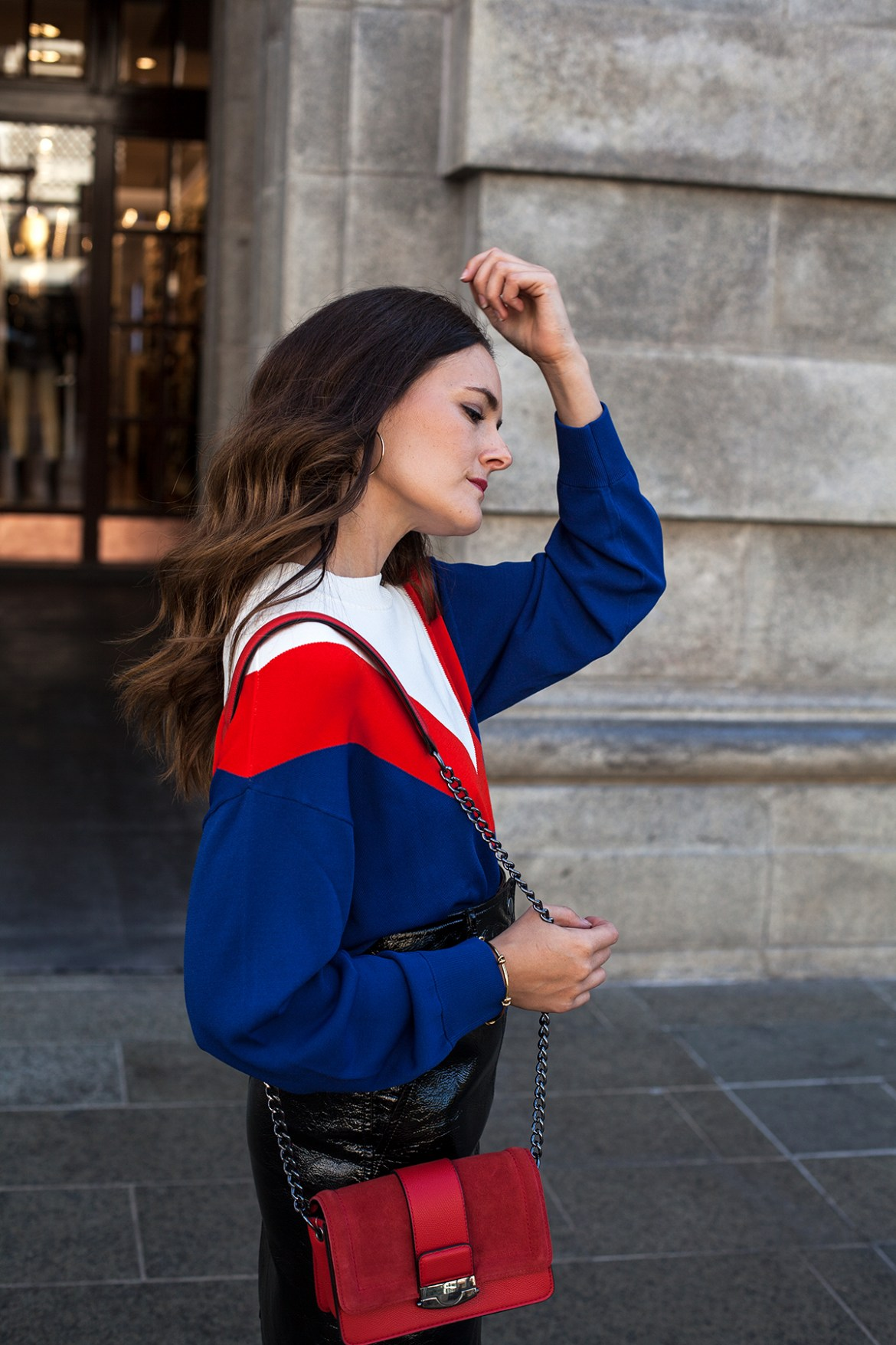 H&M street style for Perth H&M store on Jenelle, Inspiring Wit Australian fashion blogger. In vinyl mini skirt, red shoulder bag and blue and red v top street style in City of Perth