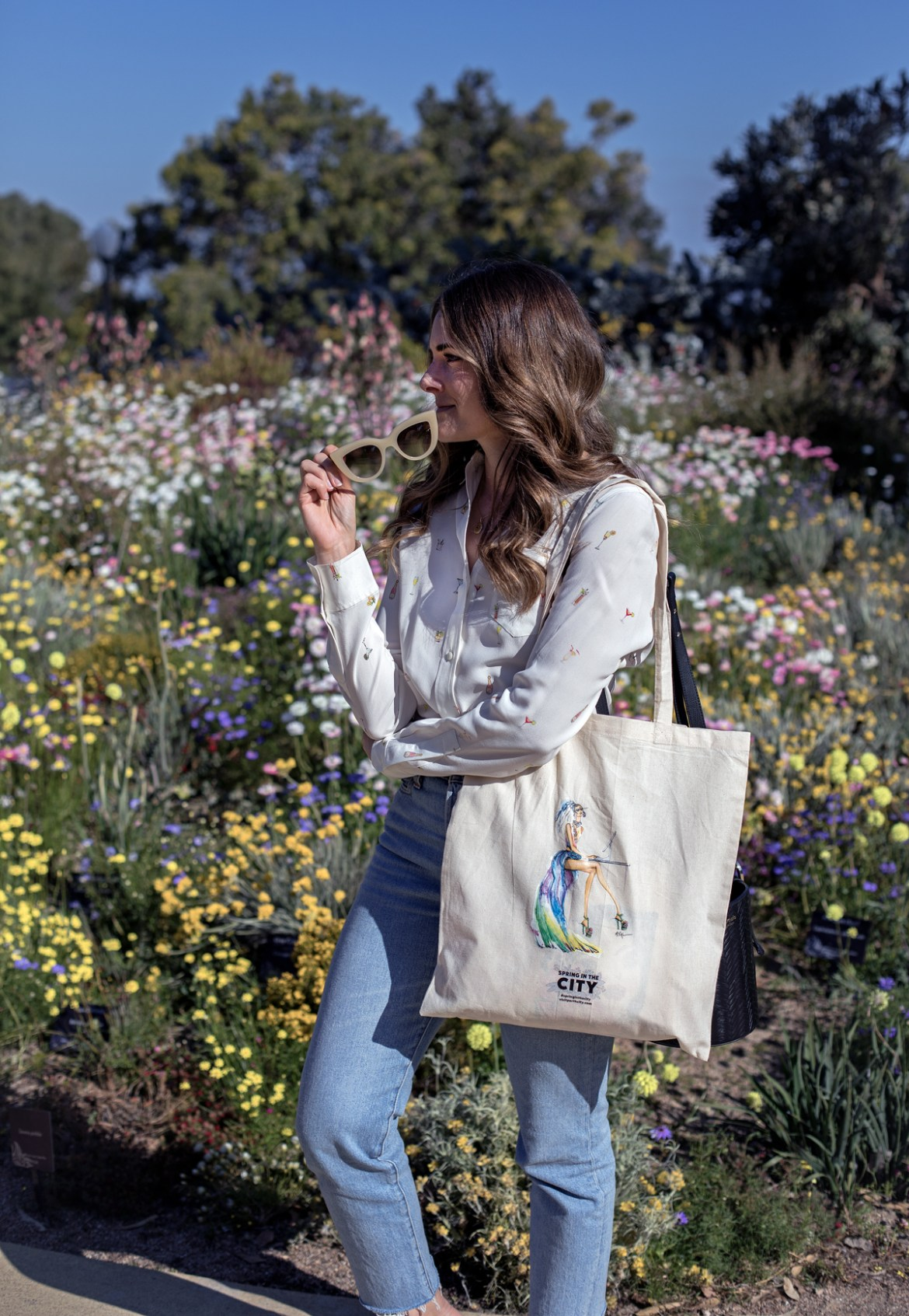 Jenelle from Perth blog Inspiring Wit in Kings Park in front of the spring everlasting flowers with the City of Perth Spring in the City tote bag