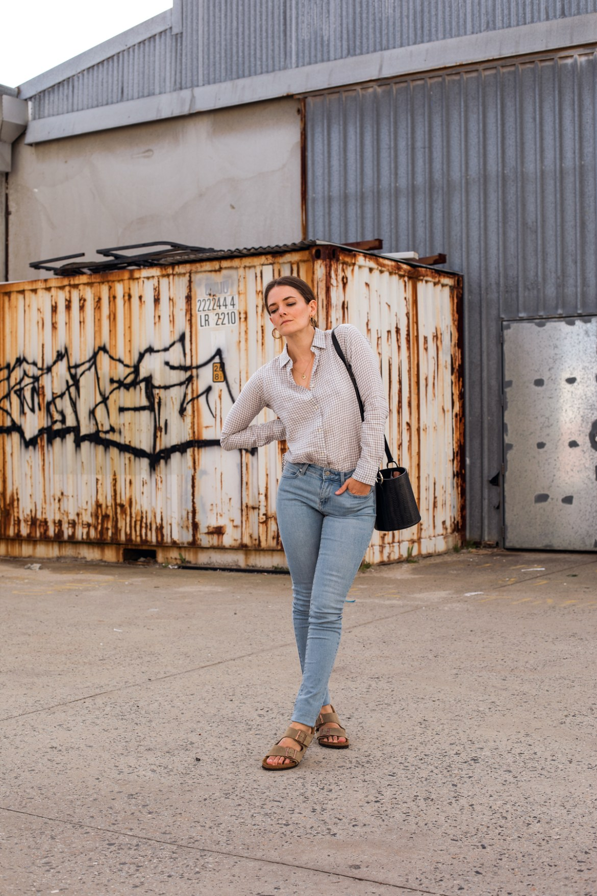 Uniqlo Perth is finally open! Fashion blogger Jenelle Witty from Inspiring Wit wearing Uniqlo linen shirt and denim blue skinny jeans