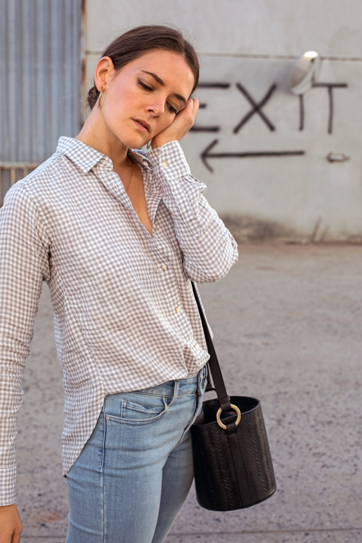 Uniqlo Perth is finally open! Fashion blogger Jenelle Witty from Inspiring Wit wearing Uniqlo linen shirt and denim blue jeans