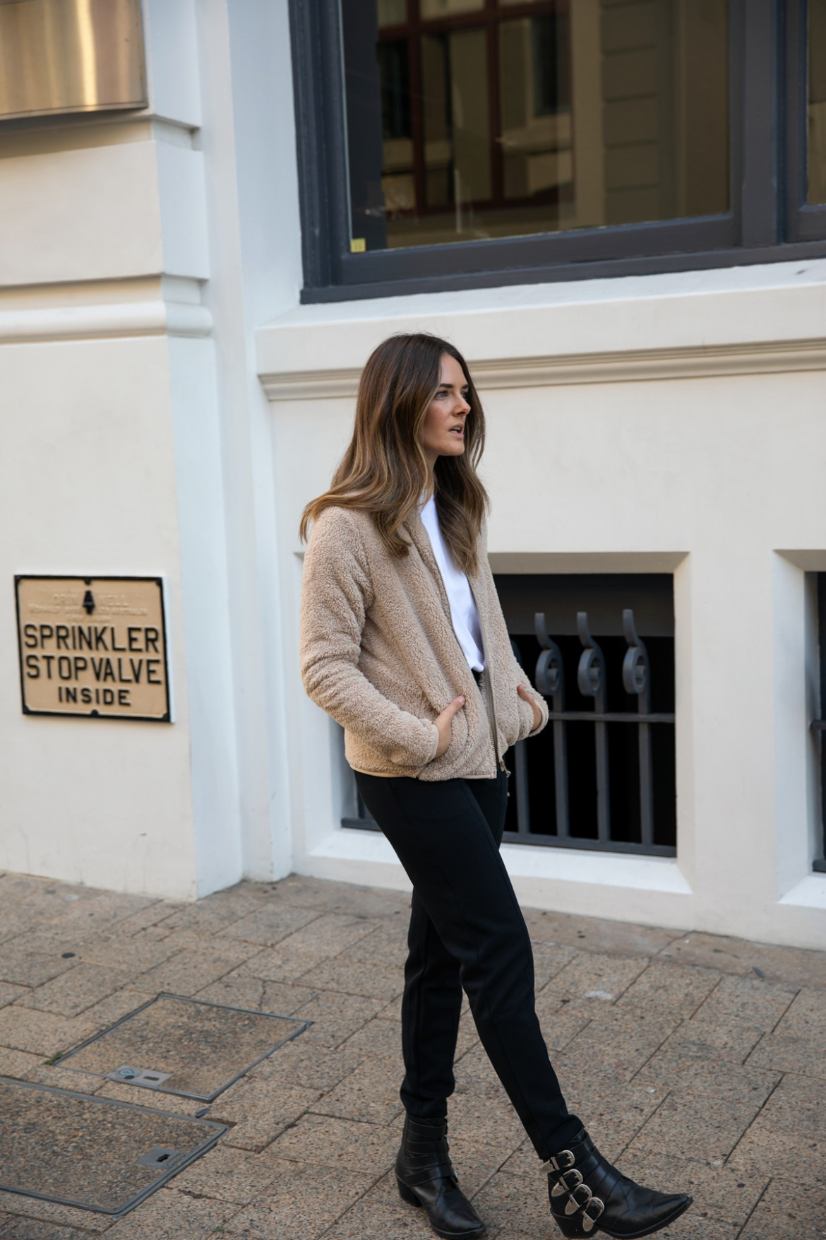 fleece jacket from Uniqlo teddy jacket for Autumn Winter outfit ideas worn by Inspiring Wit fashion blogger Jenelle