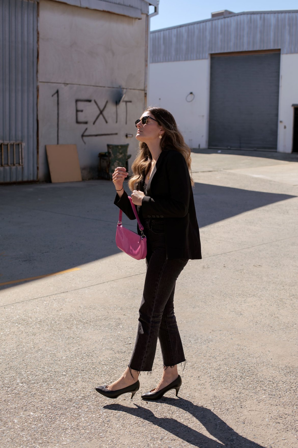 black outfit idea with pink bag