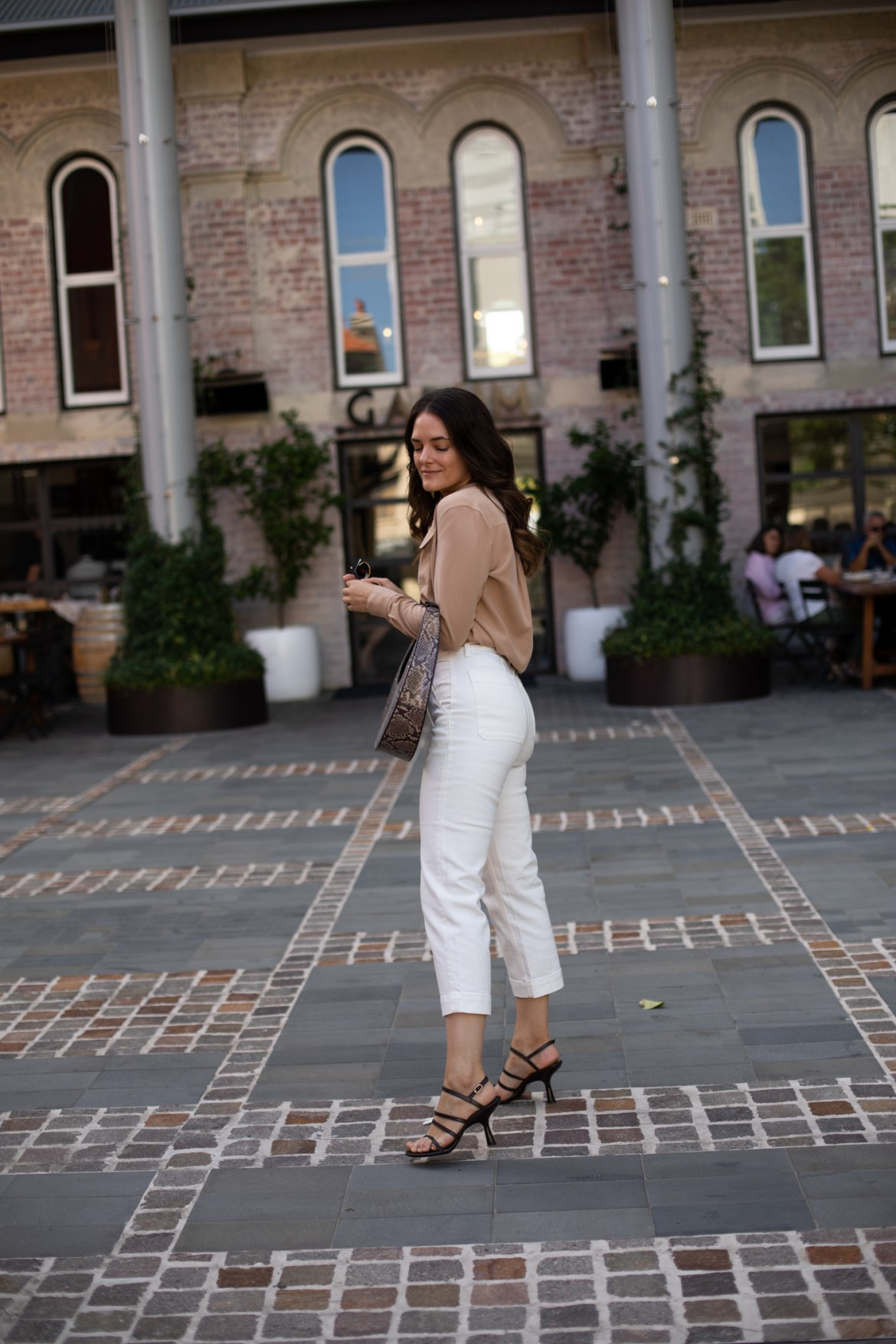 How to wear white crop pants