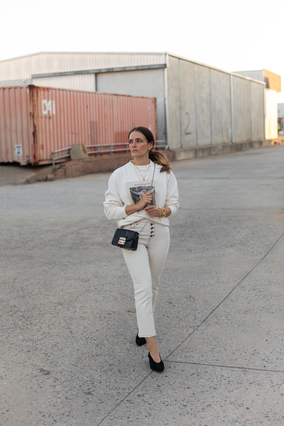 How I elevate an all white outfit with some minimal gold jewellery. A jeans and a sweater outfit made a lot more interesting with gold jewellery layers.