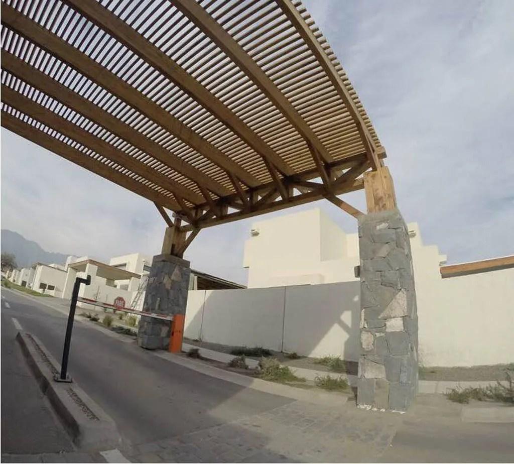 Cobertizo de madera entrada condominio chicureo