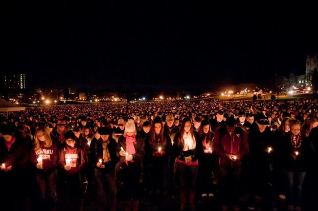 21st century photos - Thousands gather to mourn after the Virginia Tech shooting [2007]