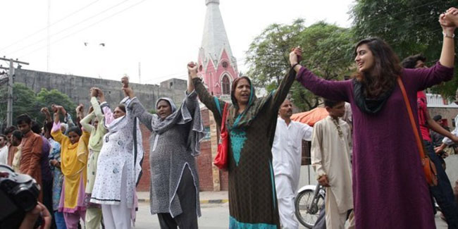 21st century photos - Pakistani Muslims form a human chain to protect Christians during Mass [2013]