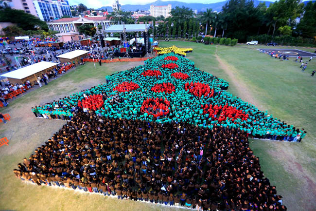 Christmas tree formed out of 2,945 people in Tegucigalpa, Honduras