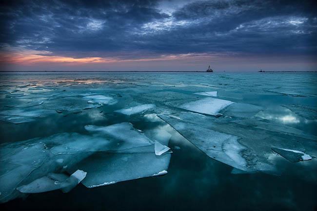 Frozen lakes - Lake Michigan In Chicago, USA