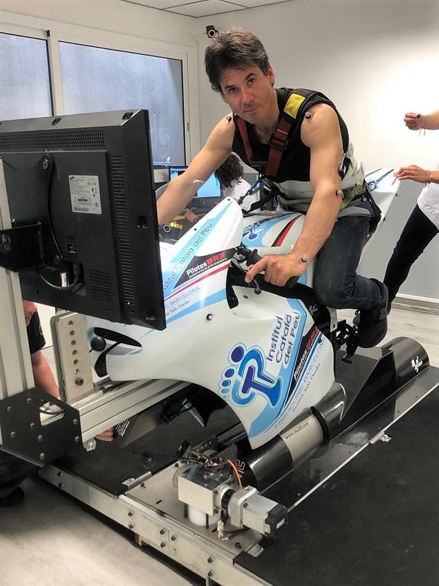 THE MOTORCYCLING RIDER, ALEX CRIVILLÉ, VISITS THE DEPARTMENT OF BIOMECHANICS AND SPORTS PERFORMANCE OF THE INSTITUT CATALÀ DEL PEU.