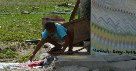 Menino mexe em água no Quilombo Kalunga, na comunidade Engenho 2, no interior de Goiás, o maior território remanescente quilombola do país. O Brasil possui mais de 2.400 comunidades quilombolas certificadas pela Fundação Cultural Palmares, espalhadas em 24 Estados Valter Campanato/Agência Brasil
