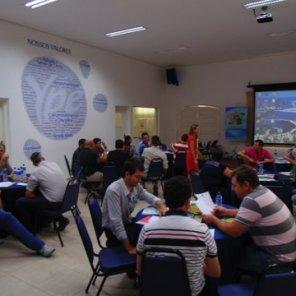 A coordenadora Iraci prestando o suporte para os alunos