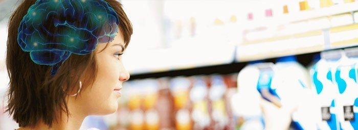 Consumidor observa anaquel con diferentes productos, muy probablemente elegirá el que genere una sensación agradable en ella.