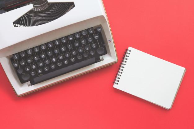 Máquina de escribir y libreta, elementos para darle vida a historias