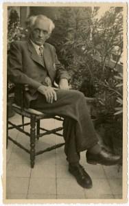 Foto di Karoly Kérenyi scattata nel 1948 da Rolf Schott nella terrazza della sua casa romana