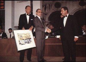 Biondi riceve il Premio Campiello per Gli occhi di una donna, 1985