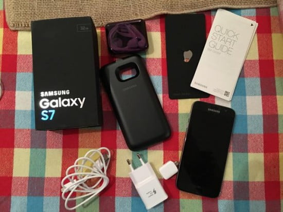 Kit que a Samsung mandou para review do Samsung Galaxy S7 incluindo a capa recarregadora