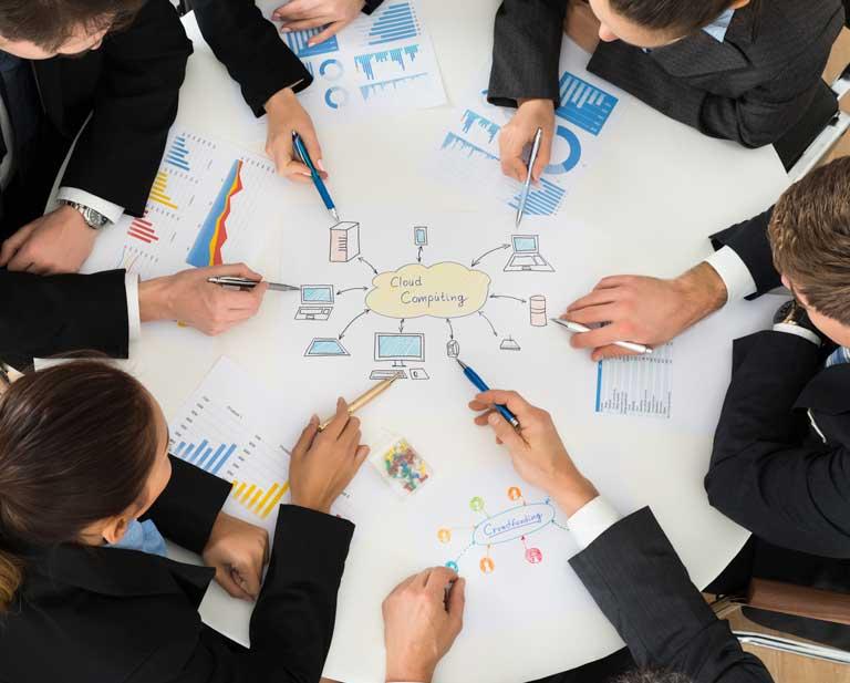 manos señalando gráfico en reunión