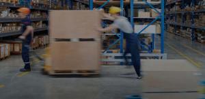 operarios moviendo cajas