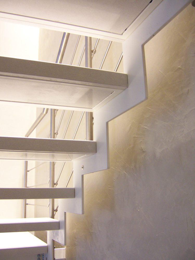 Dettaglio scala bianca a giorno in metallo