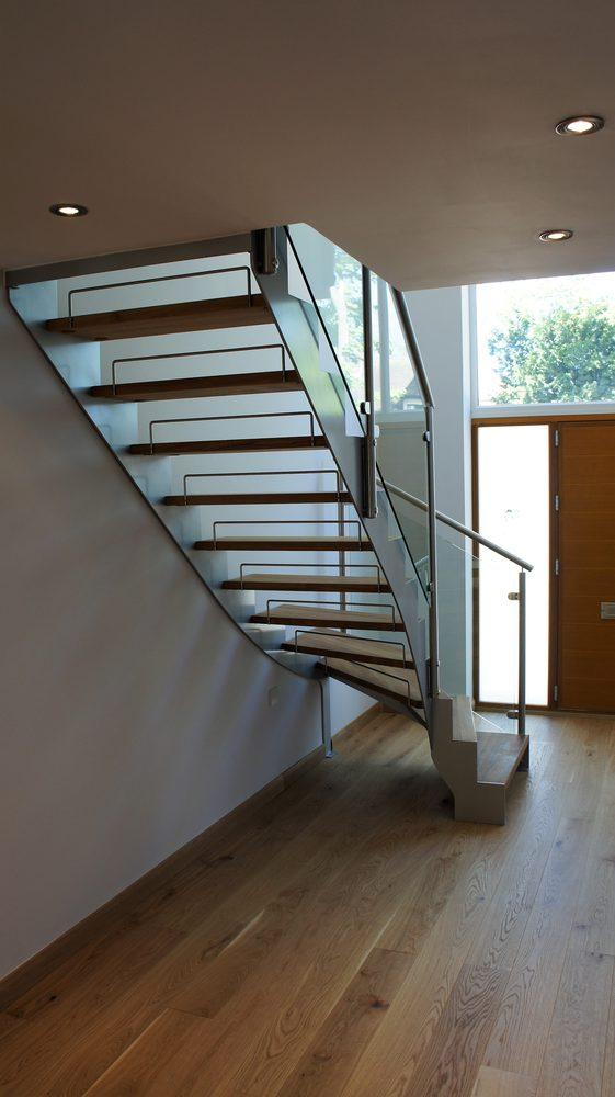 Scalinata in legno, metallo e vetro per interni con balaustra in metallo