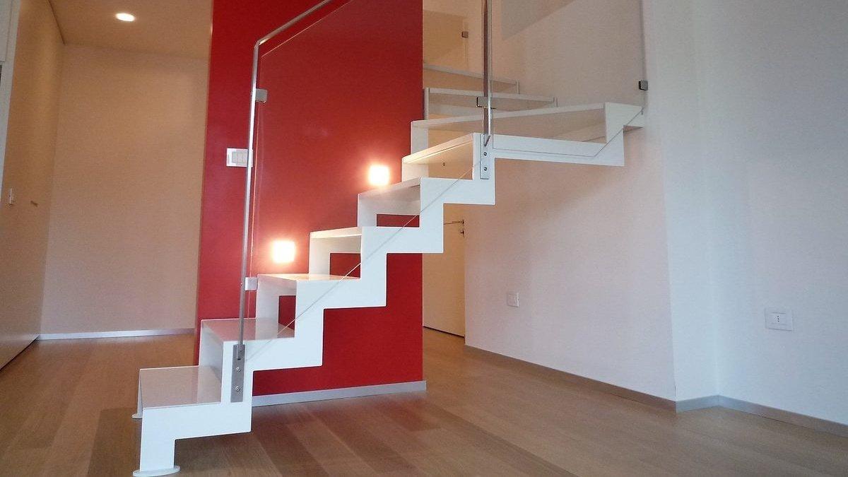 Scala di design bianca a giorno in metallo e vetro- vista laterale