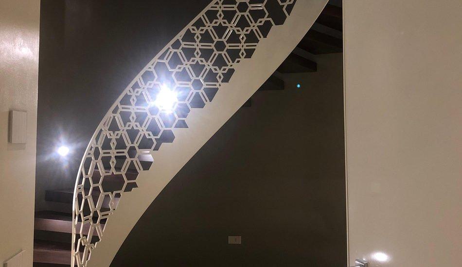 scala elicoidale bianca intarsiata a trama esagonale