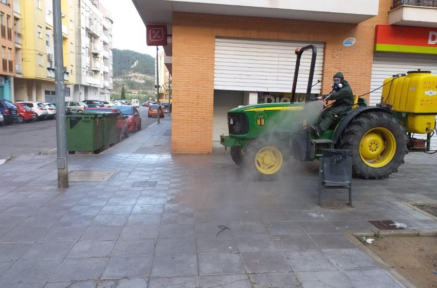 La Concejalía de Servicios del Ayuntamiento de Buñol continúa desinfectando todas las calles del municipio