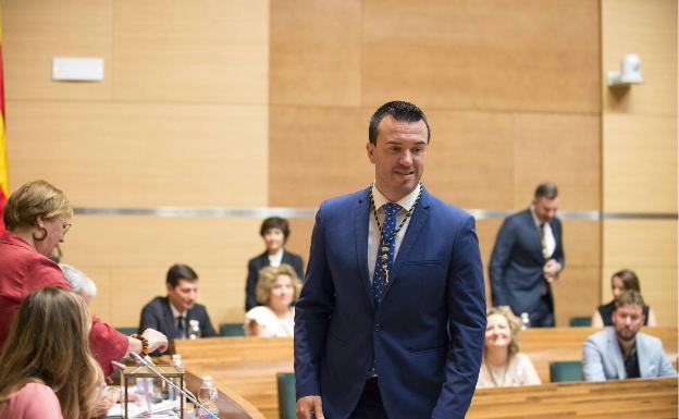 Mompó anuncia que Carlos Gil deja de formar parte del Grupo Popular en la Diputación de Valencia y le pide que dimita