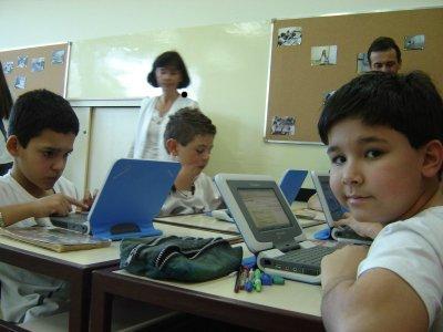 Criança usando o Classmate PC