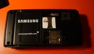 V820L: sem a tampa da bateria, slot para cartão microSD, SIM card e a bateria