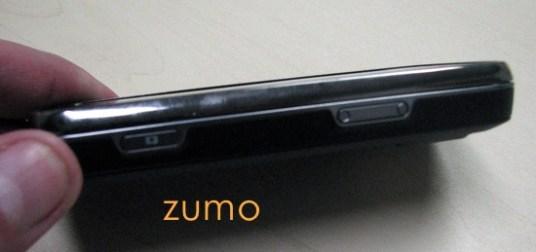Lateral direita do N97, com disparador da câmera e controle de volume
