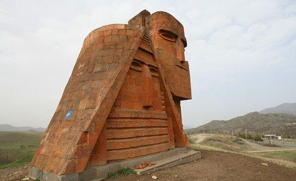 """Монумент """"Мы и наши горы"""", расположенный на окраине города Степанакерт, является главным символом республики."""