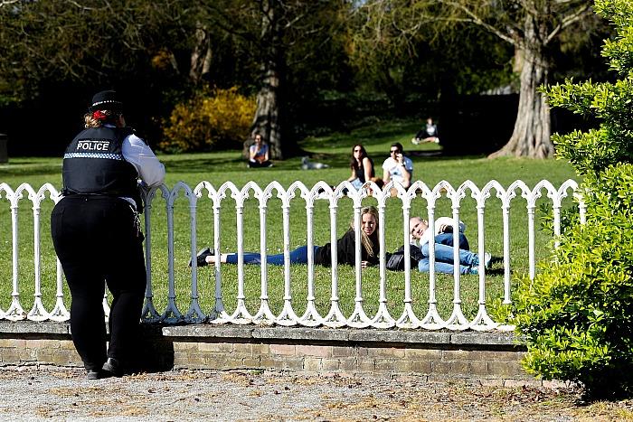 Британцы проигнорировали призывы властей и вышли на пикники в разгар пандемии