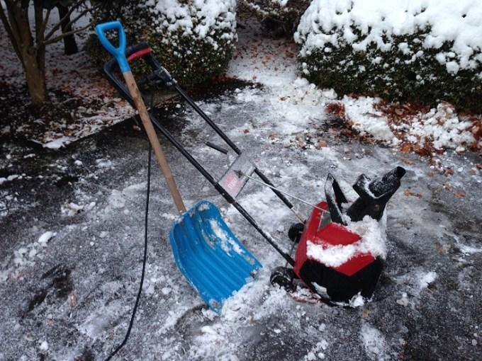 電動除雪機と手動除雪スコップ