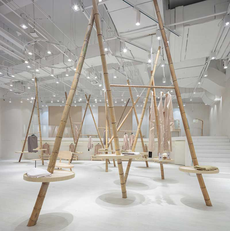 Tienda de ropa Jooos. Decoración con cañas de bambú.