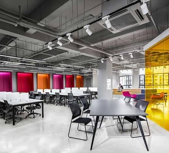 Oficina moderna a todo color