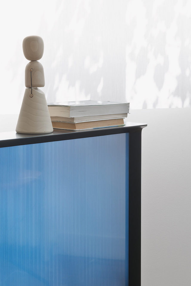 Lifestyle | bookshelf | ornament | Serif TV | Design by Bouroullec | Samsung | Vitra | Photo via Samsung