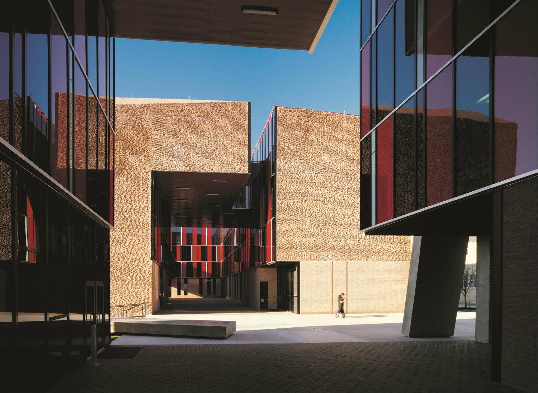 Dormitorios en la Universidad St. Edward's (2008), Austin, Texas, EEUU. Fotografía: Cristobal Palma. Cortesía: Elemental.