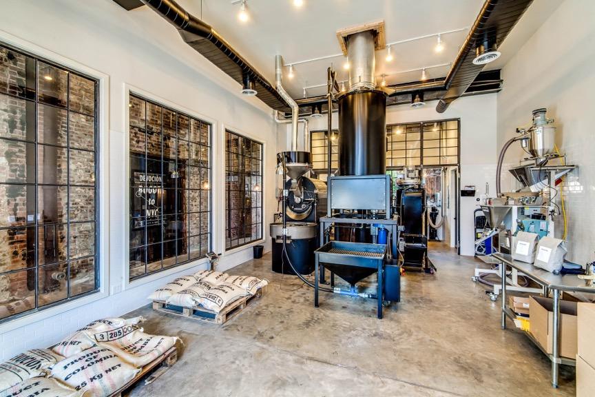 En este espacio, ubicado junto al corredor de entrada al café, funciona la tostadora. Fotografía: cortesía Devoción.