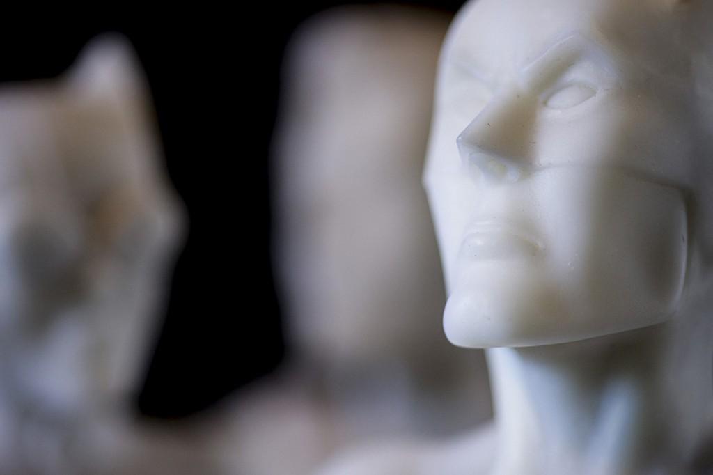 Escultura 'Batman'. 80 cm de alto x 46 cm x 31 cm. Técnica: mármol. 2014.