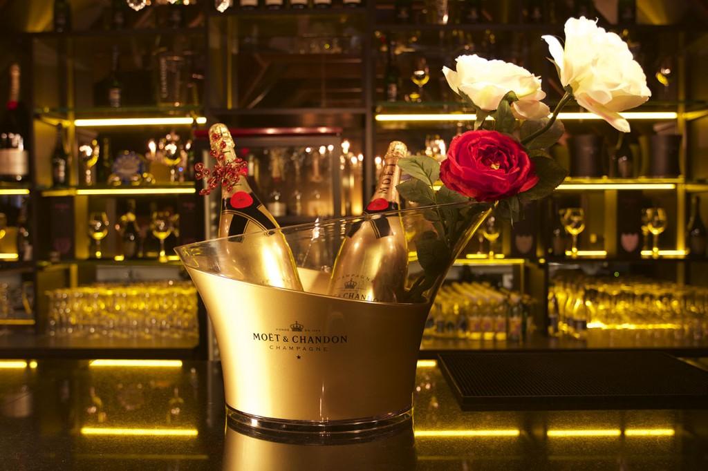 Champaña y caviar son la especialidad en el bar del tercer nivel.