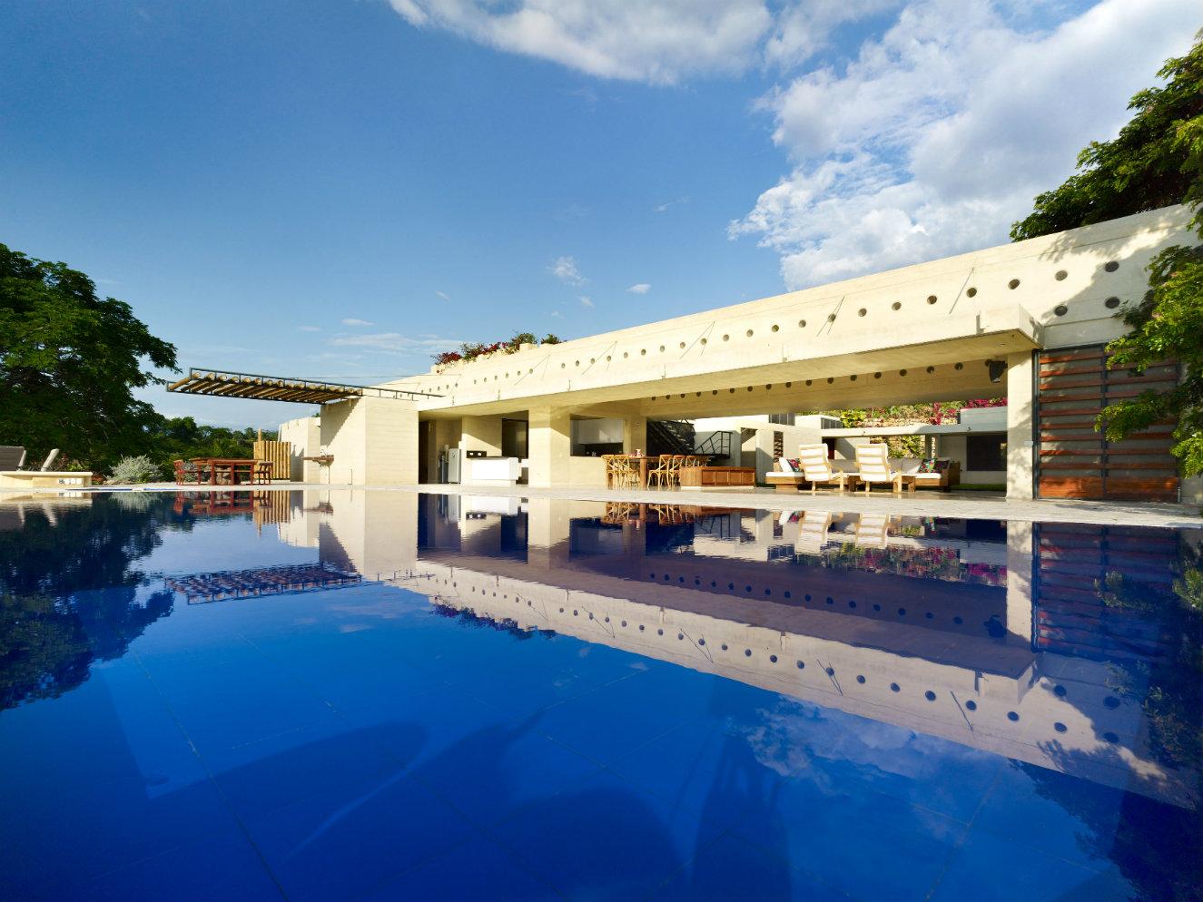 La piscina se encuentra en el borde occidental de la zona social y el agua se mantiene a una temperatura que oscila entre los 27 y los 30 grados durante todo el año, pues recibe sol constantemente y es poco profunda. Fotografía: cortesía, Premios Obras CEMEX Colombia 2016.