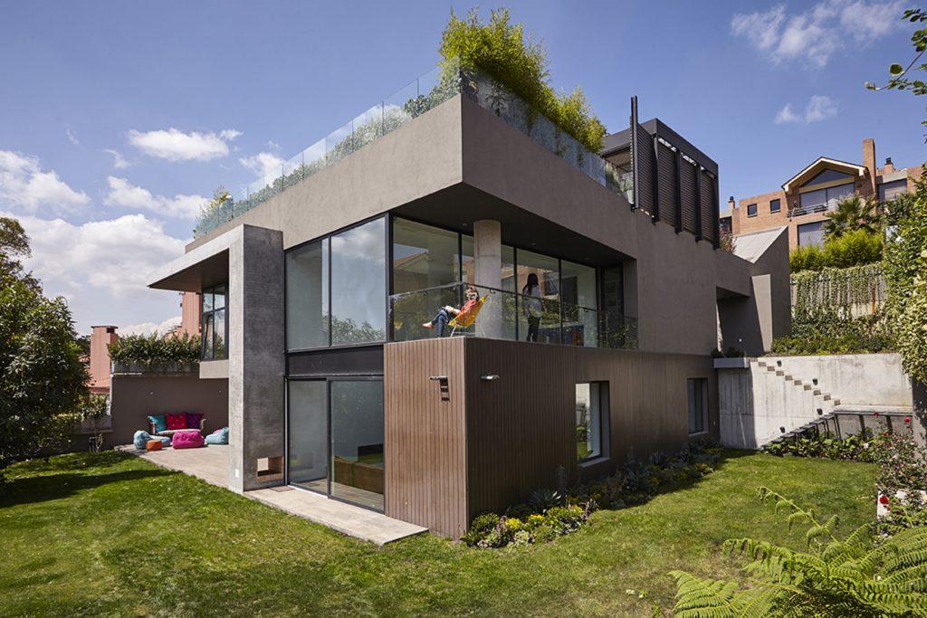 En la fachada se aprecia el manejo de diferentes materiales, como el pañete con textura, los listones de pvc y el concreto a la vista empleado en distintos elementos arquitectónicos. Fotografía: Gabriel Lugo