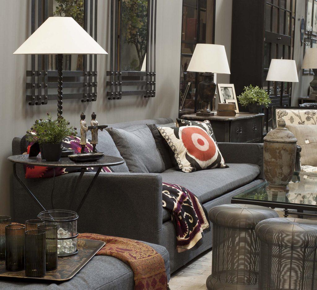 Un espacio cálido, y a la vez sofisticado, es la propuesta de esta sala de la firma española Becara. En ella se combinan el sofá 'Natasha', de 2,8 m de largo, tapizado con lino gris; la mesa plegable 'Red', la mesa de centro de hierro y vidrio, y al fondo, una cómoda de tres cajones con tapa negra, de roble. Fotografía: cortesía