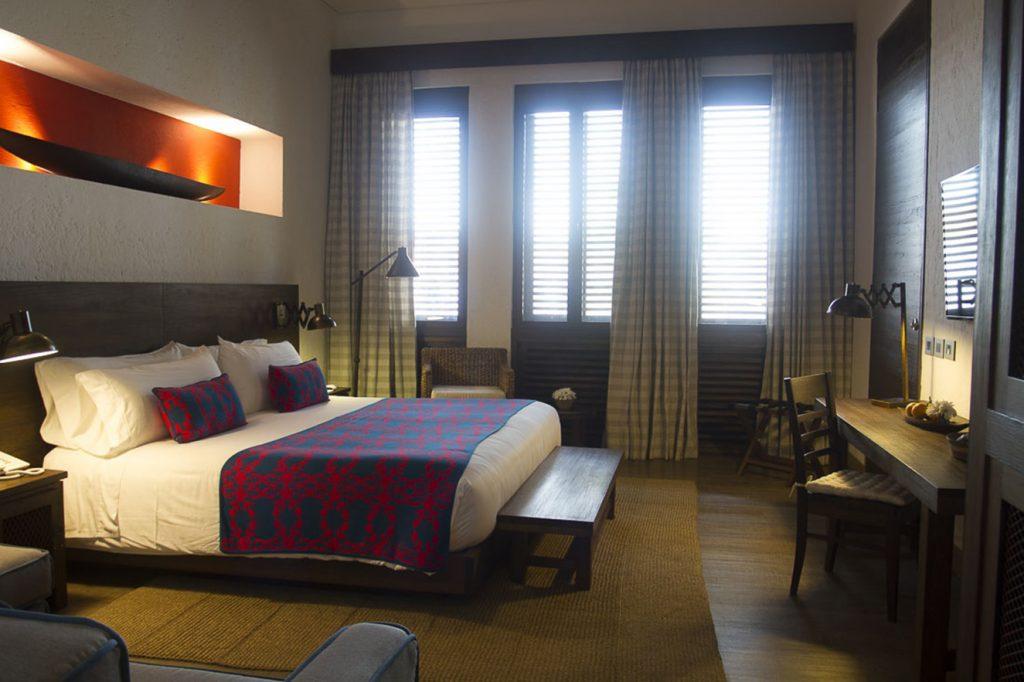 En las habitaciones los tonos ocre, azul, verde, rojo y naranja conviven perfectamente en la propuesta de diseño de Cristina Uribe.