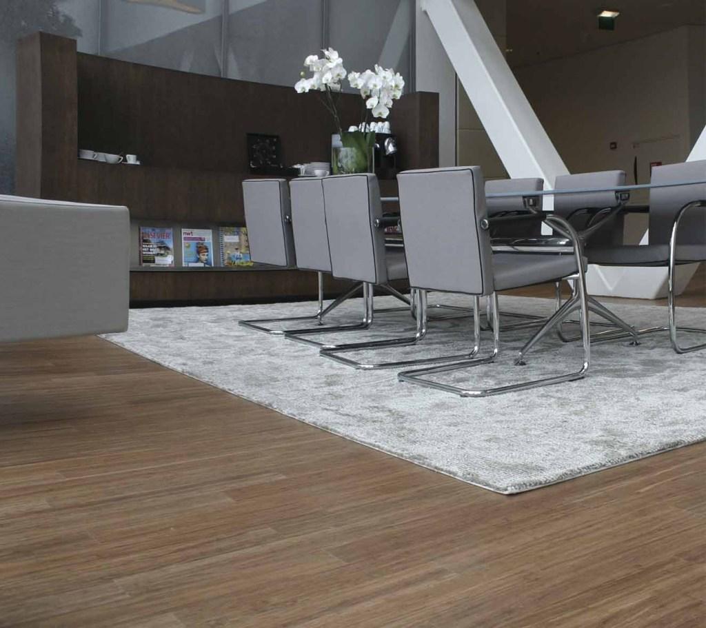 Para quienes buscan pisos originales, el bambú sigue siendo una buena opción. HunterDouglas ofrece el piso de madera de bambú 'X-Treme', de Moso, 1,83 x 13,7 m x 2 cm, 95 % bambú natural y 5 % resinas. De gran belleza y versatilidad —sirve para exteriores e interiores— es, además, amigable con el medio ambiente.
