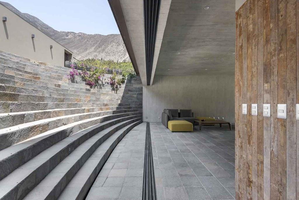 Vista de la escalera que desde el acceso principal de la casa conduce al área social. Fotografía: Renzo Rebagliati.