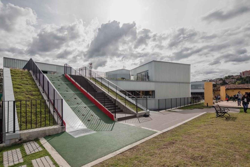 En las dos alas de la nueva construcción se diseñaron rodaderos y zonas de escalada. elementos  lúdicos que conforman la arquitectura. Fotografía: Alejandro Arango. Cortesía: EEM.
